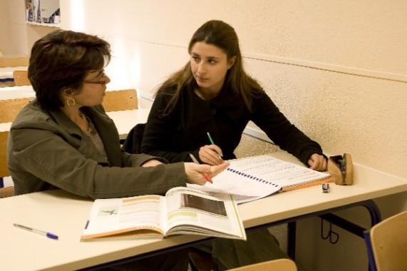 Photographies numériques couleur Institut de Formation, cours de soutien, ambiance studieuse avec professeur au tableau et proche de l'élève